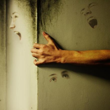 ian-komac-hands-wall-corner-Favim.com-474867